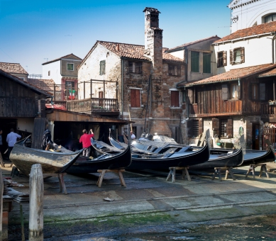 Paul Hughes_Paint it black - Venice boatyard